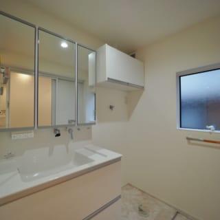 1階洗面室はエアコンを設置可能(写真は設置前)。ドアを開放すると玄関~個室まで暖気を送ることができる