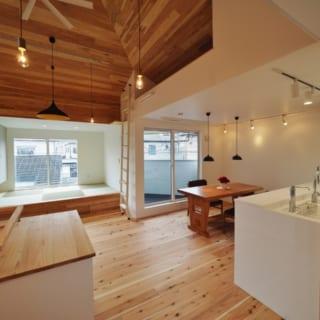 2階のキッチン側からの眺め。目線の先には南の大きな窓があり、視線の抜けと明るさで空間を広く感じられる