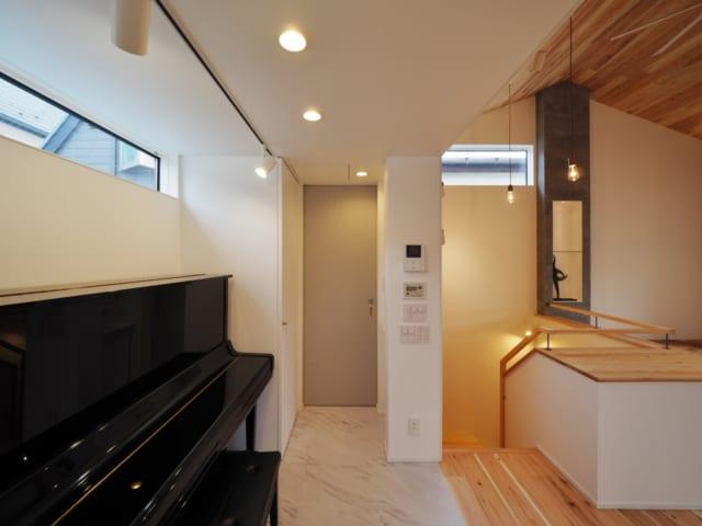 2階の一角には、気軽に音楽を楽しめるピアノスペースもつくった。ここにもハイサイド窓があり、2階の採光は抜群。写真奥にはトイレがある