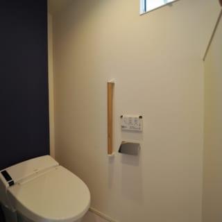 2階トイレ。背後の壁は2重になっており、トイレットペーパーなどの備品を見えないところにしまえる