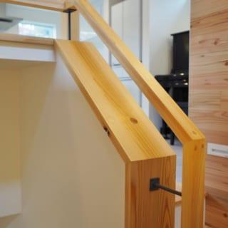 階段手すりは遊びに来るお孫さんの落下防止のために腰壁を付けつつ、上部はアキをつくって軽やかにデザイン