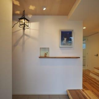 玄関を入ると美術品を飾る小さなニッチ棚がお出迎え。ペンダントライトはMさまがロンドンで購入したもの
