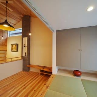 2階リビングの脇にある畳スペースは、南の窓に面した明るい空間。近くに住むお孫さんが来ると、ここでよく遊んでいるそう。畳下には床下収納があり、スペースを有効活用