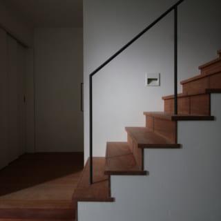1階ギャラリーから2階への階段をのぼると生活空間。写真右手に進むと、仕事のアトリエや応接間がある