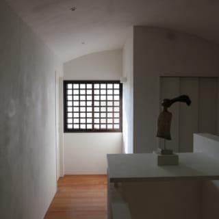 2階ギャラリー。写真手前は前川秀樹氏の作品。夕方は奥の格子窓から西日が入り、ノスタルジックな雰囲気に