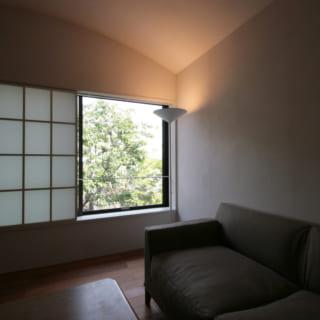 2階リビングの角には、下から天井を照らすスタンド照明を置いている。空間をやさしく覆う天井の曲線がふんわりと浮かび、安心してくつろげる雰囲気を醸し出す