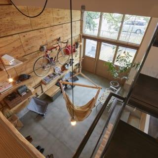 2階への階段途中にあるロフトから土間全体を見渡す。天井が高く、南に上下2層の大きな窓を取った土間は、住宅なのにお店のようでもあり、倉庫のようでもあり、屋外のようでもあり、いるだけで楽しくなってくる