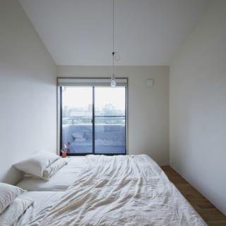 2階の寝室。バルコニーに面し、気持ちのよい光で目覚めることができる。この部屋を出ると目の前にファミリークローゼットがあり、生活動線は抜群