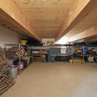 LDKの床下には、スキップフロアの段差を利用した大きな床下収納がある。Tさまは土間に出して使っているもの以外にも多くのアウトドアグッズを所有。場所を取る道具も、この床下収納に余裕で格納できる