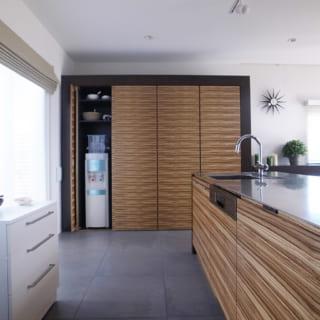 1階キッチンは、食器や買い置き食材をしまう造作収納が豊富。常にすっきりとした美観をキープできる