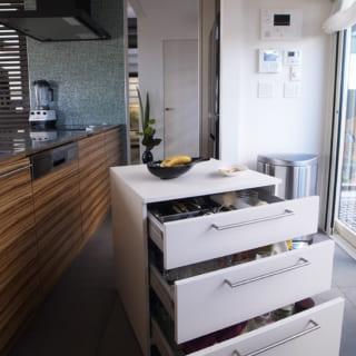 キッチン用の造作ワゴンには普段使いのカトラリーを収納。ダイニングはもちろんガーデンにももち出せて便利