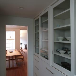 キッチンにはガラス扉の食器棚を造作。お気に入りのうつわコレクションを眺めるのも、楽しみの1つ