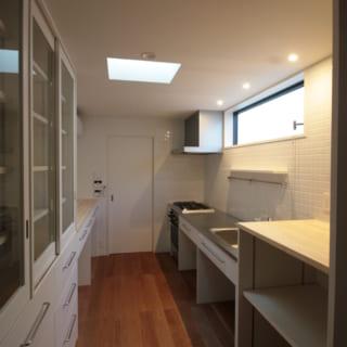 リビングが雑然とした印象にならないよう、キッチンは独立させた。天窓や高窓で外とのつながりも感じられる