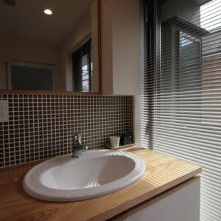 タイルで表情をつけた2階洗面室。ここからバルコニーに出ることができ、家事動線がとてもよい