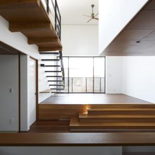 LDKはリビングがキッチン・ダイニングより数段高いスキップフロア。リビングの床下には段差を利用した収納があるほか、リビングへの階段の一部も、踏み板を外して内部にモノをしまえるようになっている