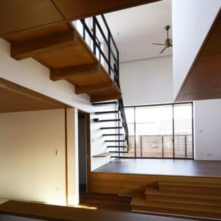 キッチンからの眺め。写真左の畳スペース、キッチンカウンター越しのダイニング、その先のリビングと、家族の居場所が全て視界に入る。柱がない無柱空間はどのスペースもすっきりと見通せて、家具も制約なく好きなところにレイアウトできる