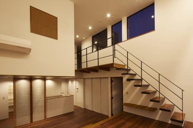 写真左のダイニングスペースの壁には、異なる木材を使った3本の付け柱がある。使用した木材は、3人のお子さま一人ひとりにゆかりのあるもの。柱の間の壁に写真などをディスプレーできるよう、ピクチャーレールとスポットライト照明が設けられている