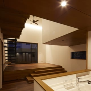 大塚さんは、照明も専用ソフトでじっくりシミュレーションし、各スペースの過ごし方をイメージして計画している。リビングはダウンライトを用いず、天井際の壁に間接照明を入れて空間の広がりを演出。反対にダイニングは食卓を照らすよう、上から光が落ちる照明を設置