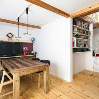 2階LDK テーブルの下に見える開口から、エアコンの風が流れる。はしごの先には広い小屋裏が