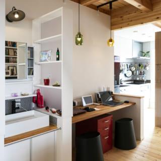 2階に上がってすぐの場所には、子世帯の洗面、ワークスペース。奥にはキッチンとリビングが広がる