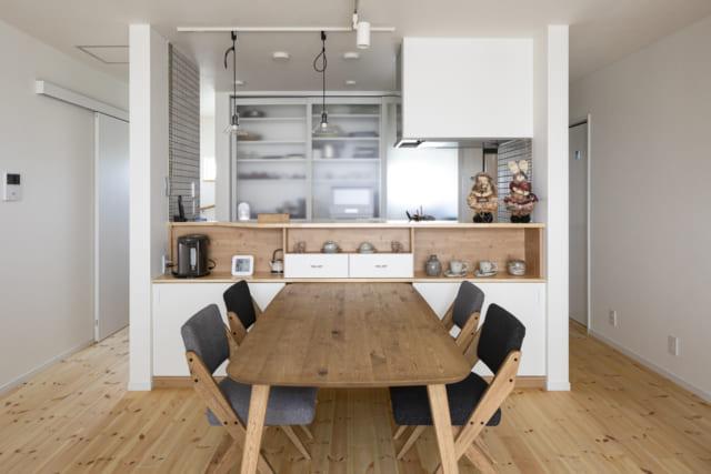 1Fキッチンは回遊型。平日は3世代で一緒に晩御飯を食べるという