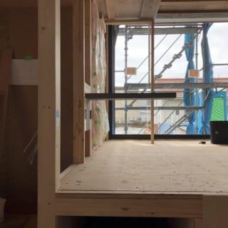 片持ち階段をつくる際は、まず実物大の模型をつくって確認。その後、現場で実際に一段だけ作成し、Kさまご一家が踏み心地や振動をチェック。KさまのOKが出てから本格的な階段工事に入った。施主の意思を尊重し、一緒に検討していく大塚さんの設計スタイルがよくわかる