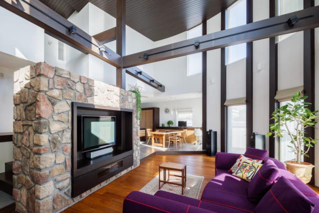1階リビング。ただ広いだけの無表情な空間にならないよう、木、石、ガラスと、異なる素材を組み合わせ、飽きずに落ち着ける空間に仕上げた