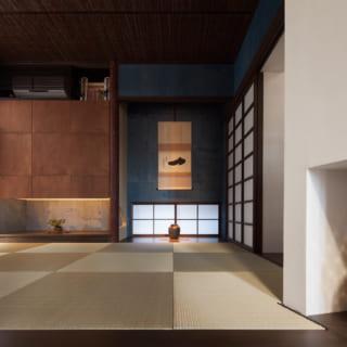 1階和室は、あめ色や藍色をバランスよく取り入れた和モダンな空間。写真左の窓の先には前庭があり、外光と緑も感じられる