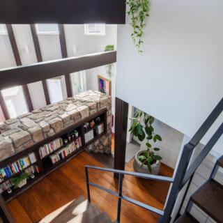 2階への階段から中2階を見る。ここも、LDKから2階の寝室に向かうまでの「心の転換スペース」の1つ