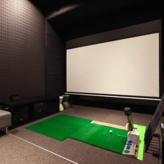 1階にはFさまの趣味であるゴルフ練習スペースも。大画面スクリーンは、シミュレーションゴルフはもちろん、お気に入りの映画を楽しむシアタースクリーンとしても使える