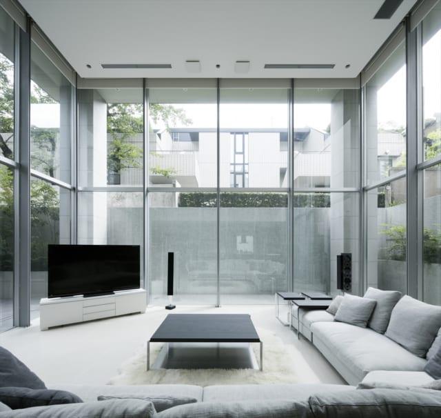 吹抜けの1階リビングは、3面がガラス張り。ここだけでゆうに20畳以上あり、高さだけでなく横への広がりも感じられ、スケール感たっぷり