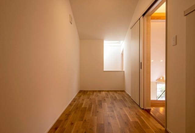 明るく風通しのよい2階収納。窓は無くとも、開閉可能な天窓に面しているので、換気ができる清潔な空間になった。収納に欠かせない壁面の長さも十分にとり、収納量と使い勝手に優れている。