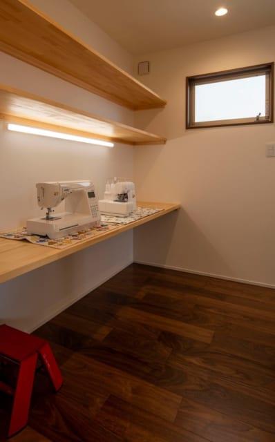 1階家事室の一角にあるミシンコーナー。作業途中で広げたままにもしておけるこうした場所をプライベートゾーンに設けることで、家の中の整理整頓がいつでも容易に