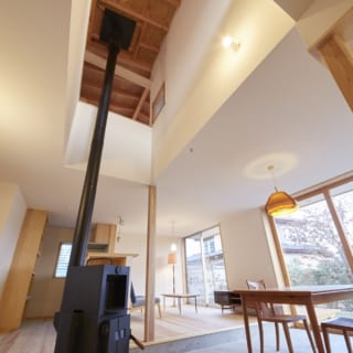 1階ダイニングには薪ストーブが。薪ストーブ上部は吹抜けで、2階の1室にはこの吹抜けを見下ろす窓がある