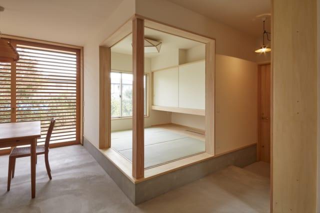 玄関ホールとダイニングに面したゲストルーム。親族が宿泊する際は日当たりのよいこの部屋でくつろいでもらえるが、写真のように引き戸を引き切って開放することもできる
