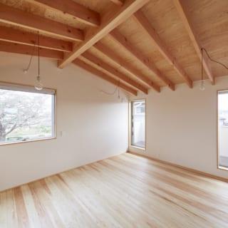 現在、ご一家で使用している2階寝室。将来的には仕切りを入れて2人のお子さまの個室にもなるよう、南(写真右)の2カ所に窓を設置。2階の天井は構造材が見えるあらわし仕上げで、木のぬくもりを感じられる