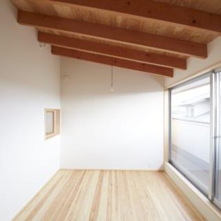 2階フリースペースも、南の大きな窓からたっぷりと光が入る明るい空間。今はもっぱらお子さまの遊び場だが、将来は主寝室にする予定