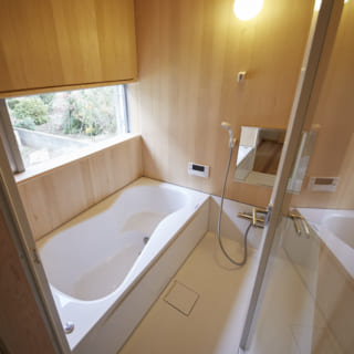 1階には、水に強い青森ヒバで仕上げたバスルームも。窓越しには緑が見え、リラックスできる