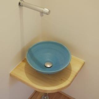 邸内に2つあるトイレの手洗いボウルは、Sさまと小嶋さんをつなげてくれた陶芸家の作品