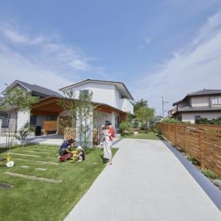 S邸は住宅街に立つが、南(写真右)の正面は住宅がなく開けており、のどかな景色を眺めることができる。大きな敷地内にはSさまのご実家もあり、ときには広々した芝生に親族が集まってバーベキューなどを楽しむそう