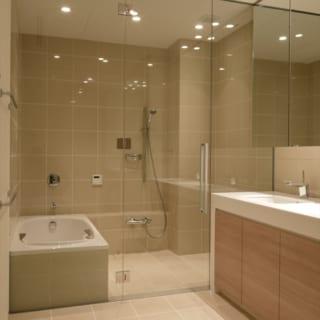 地階の客室専用バスルーム。ガラスの仕切りは圧迫感がなく、ゲストもゆったりとしたバスタイムを楽しめる