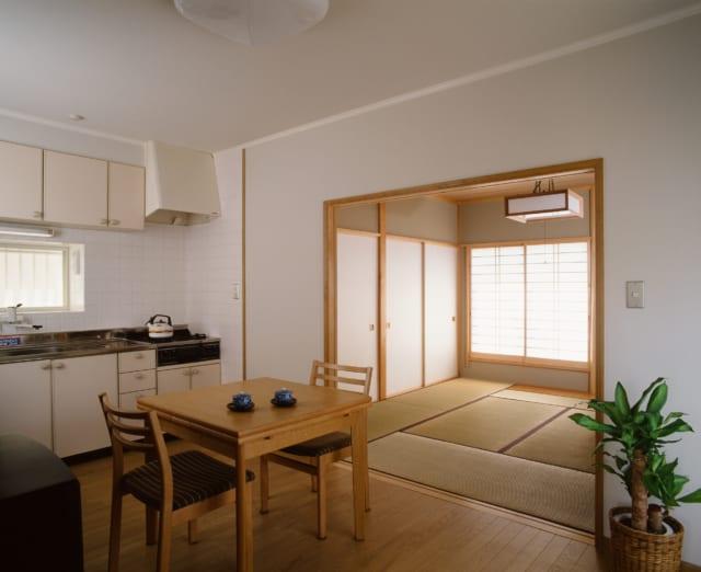 1階のご両親宅のダイニングキッチン。和室の扉を開け放つことでLDK的な使い方も