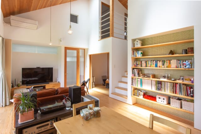 やわらかな杉木のぬくもりが感じられるリビング。壁面には作り付けの大容量の書棚