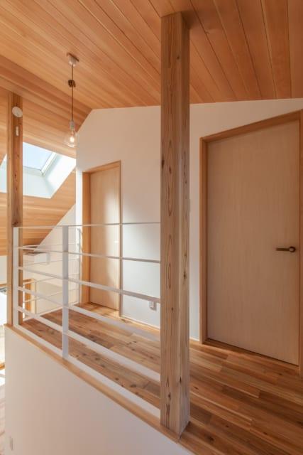 2階の部屋は現在1つの部屋として利用しているが、将来は壁を入れることで2部屋に分割可能な仕様