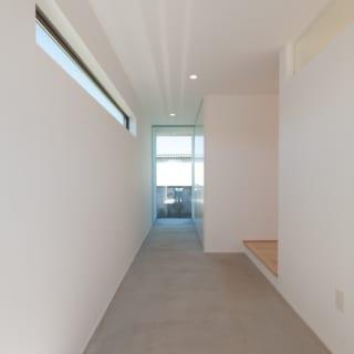 土間を彷彿とさせる広い玄関。将来、奥左側の壁を抜き、隣家の母屋と通路でつなぐことも可能だという