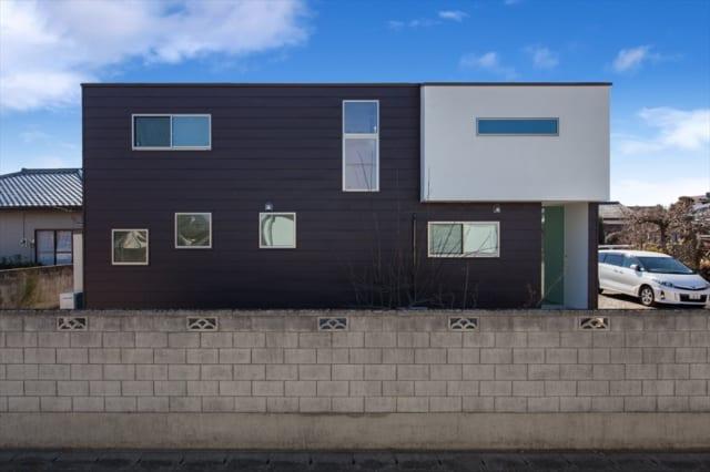 正面からは平屋に見えるが、裏側に回ると2階建てだということがわかる。 北側には窓を数多く配置し、室内に光を取り込む