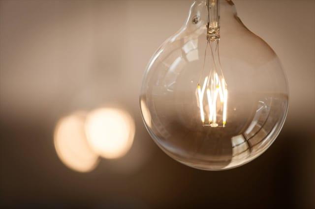 室内を照らす灯りは、白熱灯のようで実はLEDライトというAさんこだわりの逸品。ぼんやりやわらかく室内を照らしてくれる