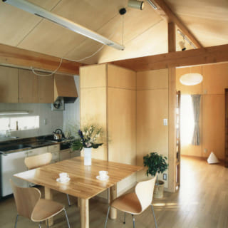 リビング隣の寝室は、あえて壁や扉をつくらず間仕切りに。冷暖房や空気の循環を効率よく行える