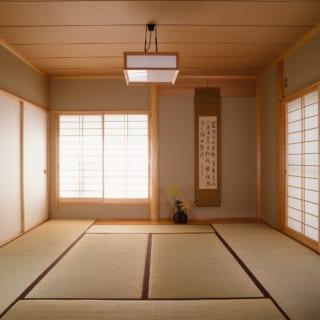 1階の和室はご両親の寝室も兼ねる。南と西の二方向から日が差し込み明るい。一家5人が集まる団らんの場