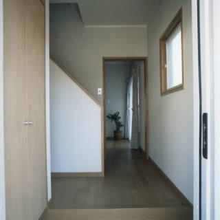 2世帯共用の玄関。奥がご両親の居住スペース。シューズクローゼットは家族5人分を収納しても余裕の大きさ